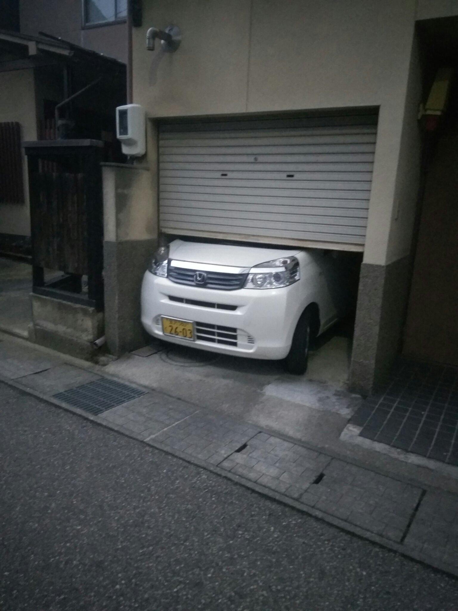 Quand t'achete une petite voiture pasque ta un peutit garage, mais que quelle est trop grand quand même