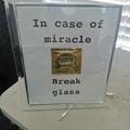 en cas de miracle, bris la vitre