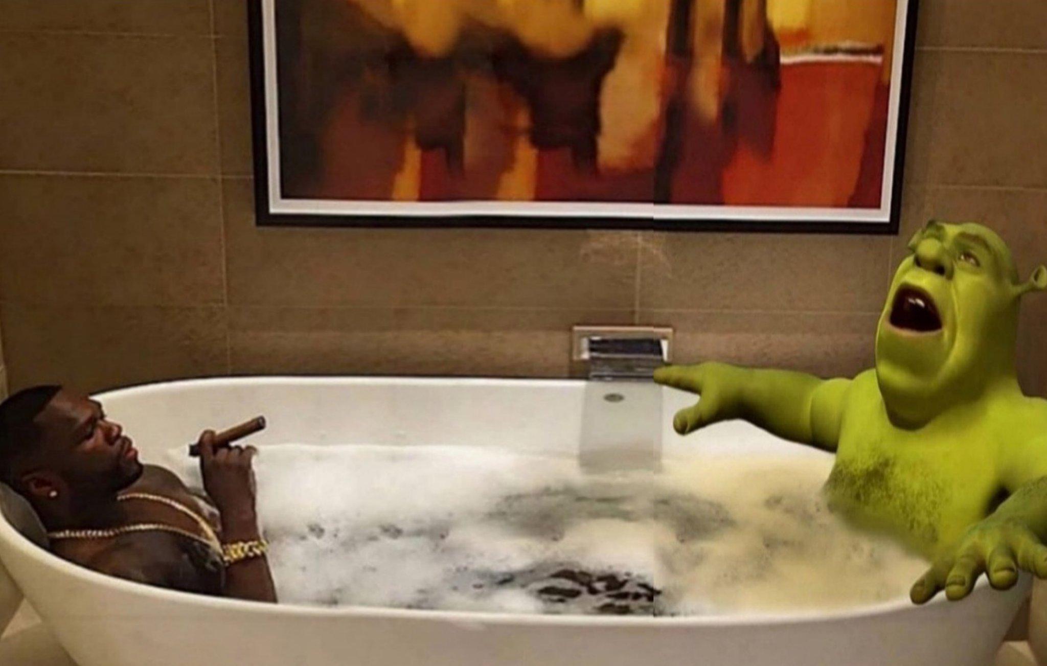 El amigo chuerk dandose un baño - meme