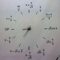 Que horas são? São raiz de nove mais nove menos nove