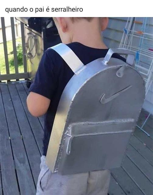 Imagina chega na escola com uma mochila dessas kkk - meme