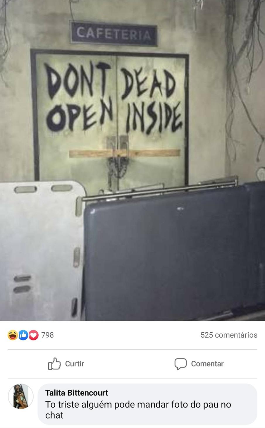 O que será que ta escrito nessa porta ? - meme