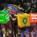 Los futbolistas venecos tienen que trabajar como delivery para pagar sus gastos