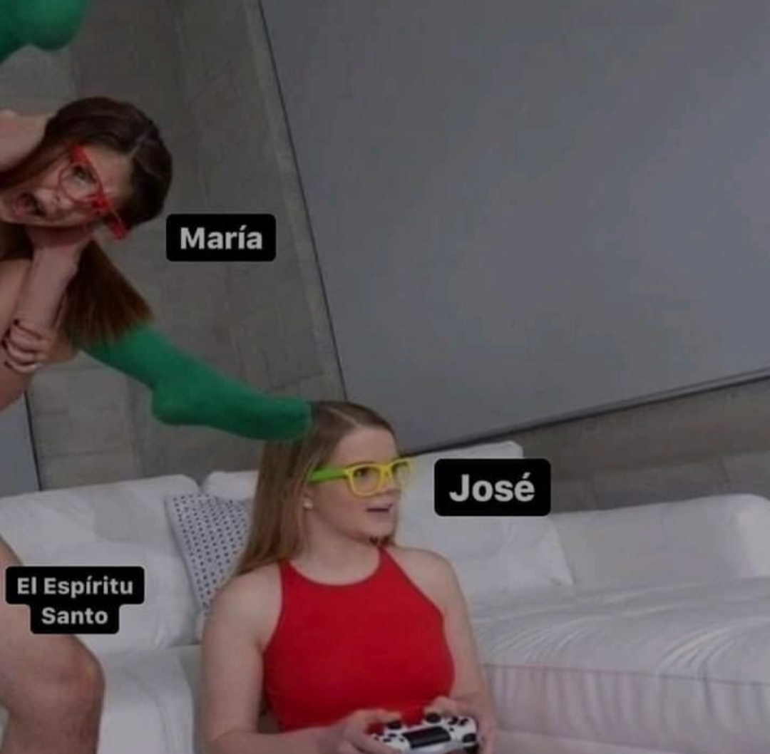 Momo navideño - meme