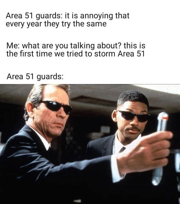 Gardes de la zone 51 : C'est ennuyeux qu'ils essaient la même chose chaque année. Moi : De quoi vous parler ? c'est la première fois qu'on essaie de la prendre d'assaut. - meme
