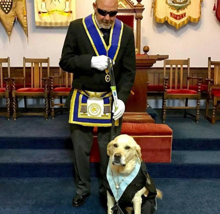 Esse cachorro guia ajuda esse Maçom a ir às suas reuniões depois de ficar cego e como a loja viu a lealdade do cachorro desidiram fazer uma roupinha com condecoração - meme