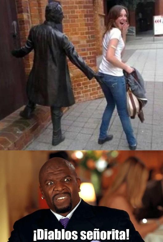 La mujer más vulgar, se aprovecha de la estatua - meme