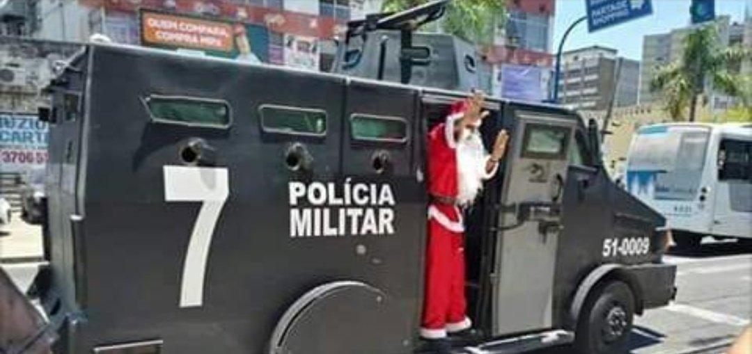 Papai Noel vindo de caveirão pq ta foda - meme