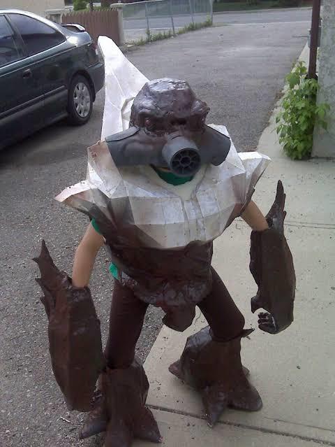 Me encontré esto afuera de mi casa por la banqueta y si le pedo una foto :grin: está súper crused :grin: - meme