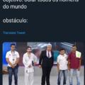 UMA BICUDA NA CARA DO CÂO