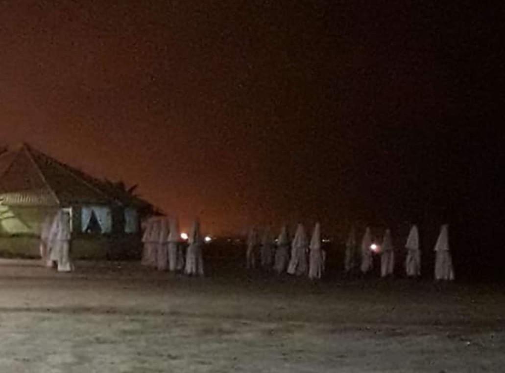 Eis que você é negro e vê guarda-sóis fechados na praia - meme