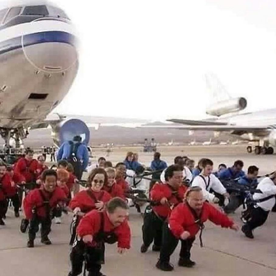 Décima primeira reunião de anões para reforma de avião ;-; - meme