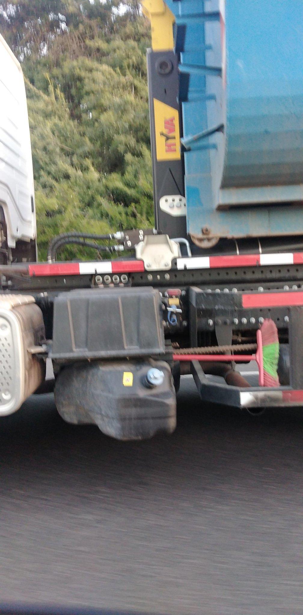 La escoba es el soporte del camión - meme