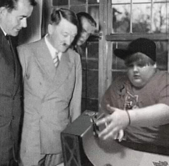 Hitler olhando o backflip do gordinho fodase kkkk - meme