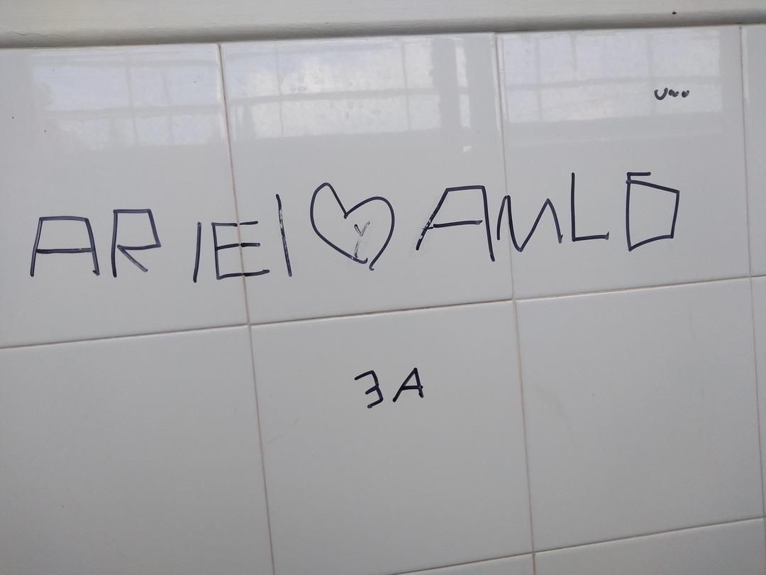 Un baño d mi escuela XD - meme