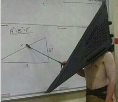 Pirámide cabeza de silencio gil - meme
