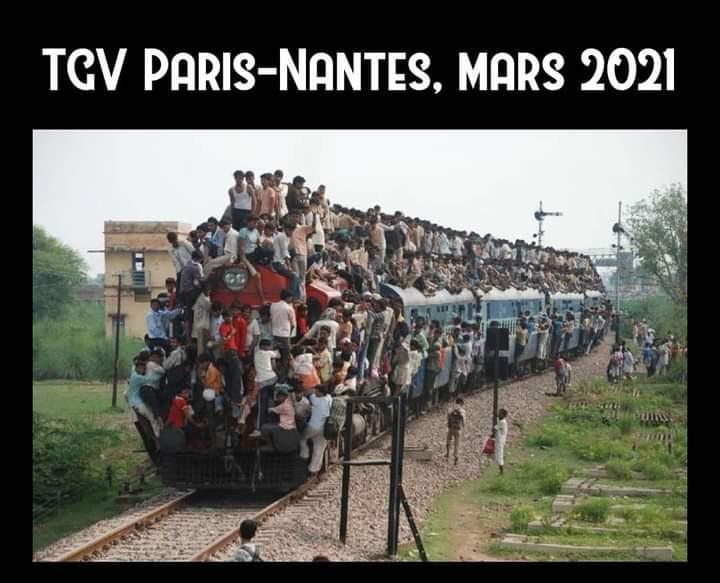 Image d'archive rare représentant des parisiens fuyant la bataille de Paris contre l'envahisseur Coronavirus. - meme