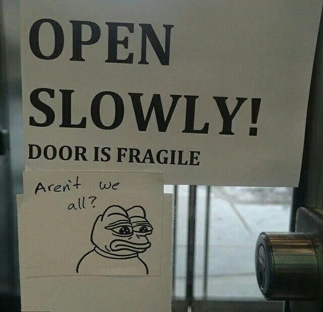 La porte est fragile ! Ne sommes-nous pas tous fragiles ? - meme